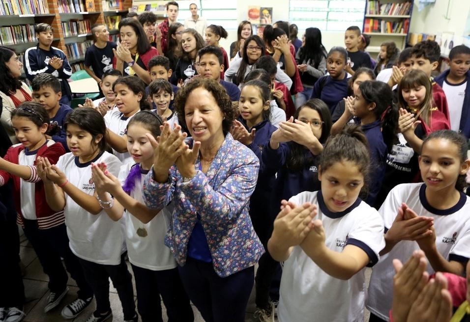 """Ao lado de crianças da EMEF Barão de Mauá, na zona leste de São Paulo, Suelizinha canta a música """"Te ofereço Paz"""", do compositor Válter Pini, como símbolo de ideais da AEL em prol da construção de um mundo mais humano e mais feliz"""