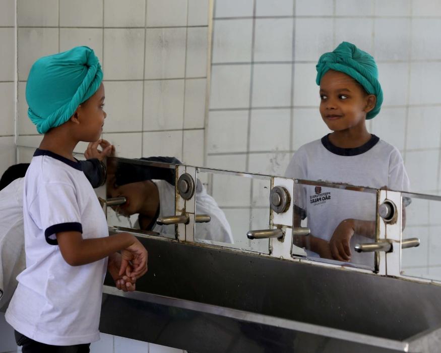 """Aluno corre para o espelho e vê como ficou com o turbante. """"Parece um príncpe"""", disse a princesa Kambo ao menino"""