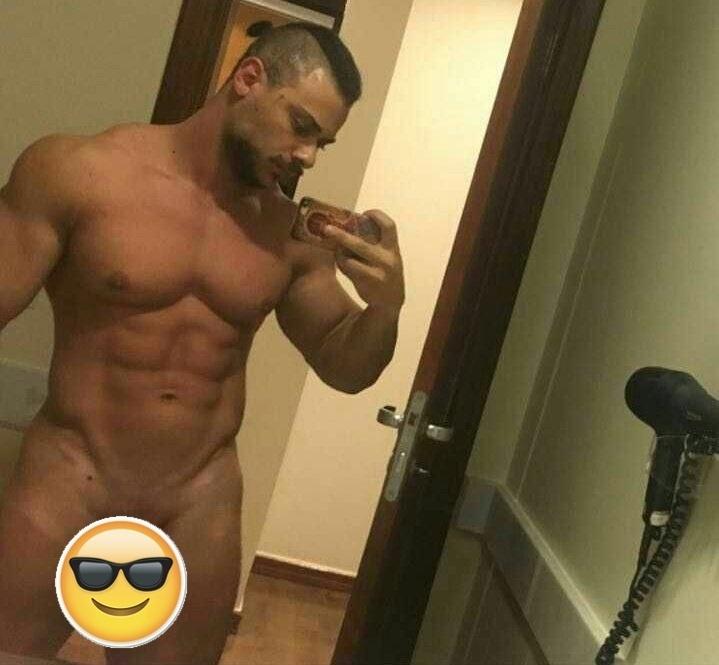 13.jan.2017 - O cantor e fisiculturista Léo Stronda virou notícia na internet nesta quinta-feira (12) por causa do vazamento de uma foto íntima em seu Instagram. A imagem, que traz o rapper fazendo uma selfie no espelho, viralizou rapidamente e se tornou um dos assuntos mais comentados nas redes sociais em poucas horas