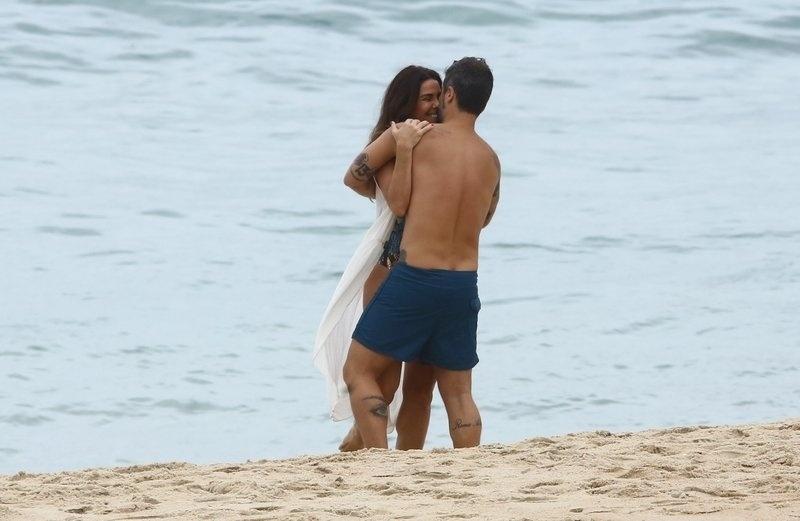 """6.mar.2017 - Bruno Gagliasso abraça Giovanna Antonelli durante gravações da novela """"Sol Nascente"""", no Rio de Janeiro"""