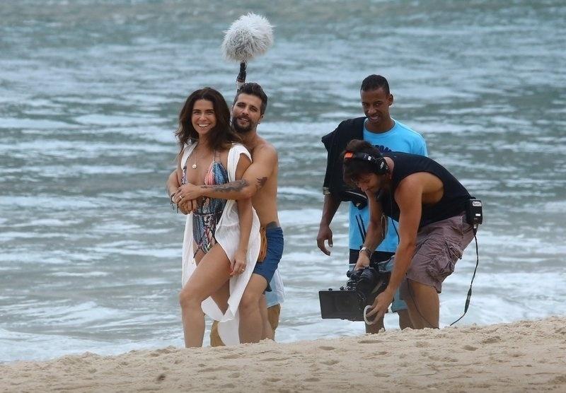 6.mar.2017 - Giovanna Antonelli usou um maiô decotado durante as gravações em praia na Zona Oeste do Rio de Janeiro