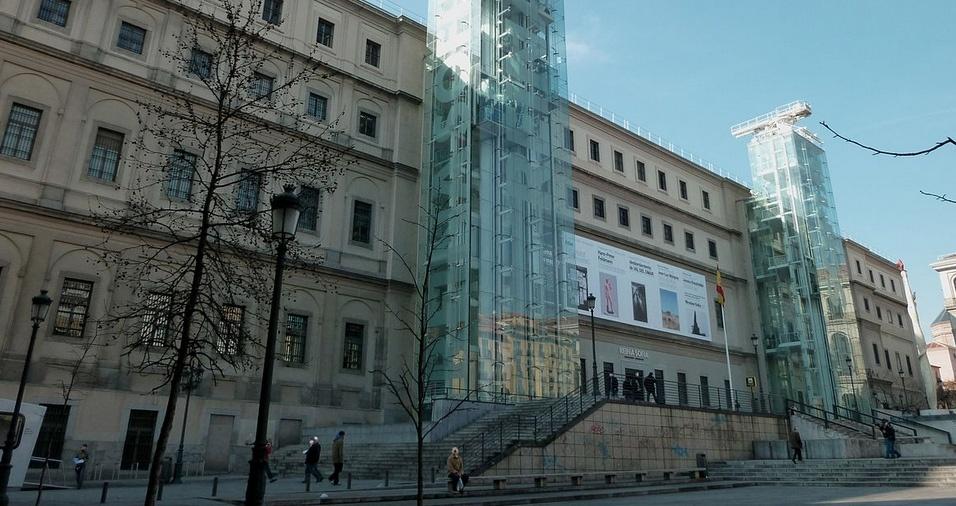 """3. O  Museu Reina Sofía, em Madri, foi inaugurado em 1992 e é considerado o museu de arte moderna mais importante da Europa, abrigando coleções de arte do século 20 e obras renomadas de Pablo Picasso, Salvador Dalí, Miró, Tàpies, Kandinsky, entre outrao. A obra de maior destaque é o quadro """"Guernica"""", do espanhol Pablo Picasso"""