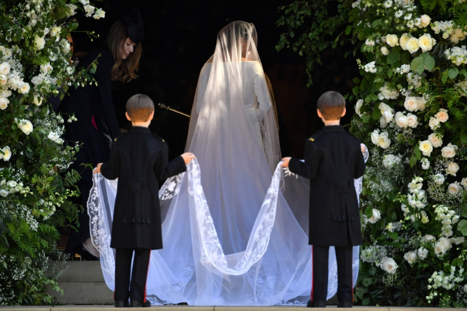 Meghan Markle é acompanhada por pajens no casamento real
