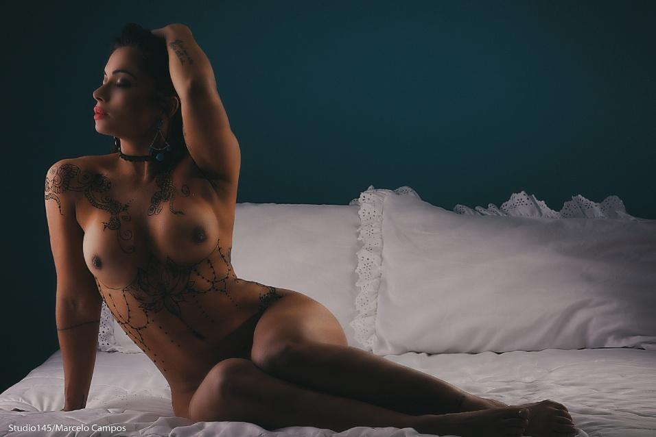 Dani Sperle posa de topless e sensualiza em fotos