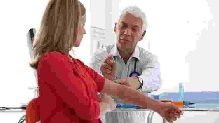 Imagem ilustrativa exemplifica o implante que é colocado sob a pele, no braço, como método contraceptivo - Getty Images