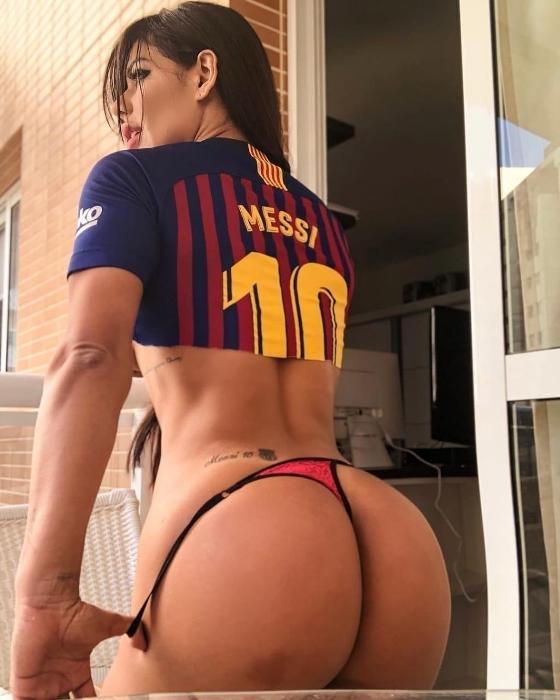 """A gata sempre demonstra seu amor pelo futebol dos espanhóis e idolatra o craque Lionel Messi. """"Vamos com tudo!"""", torce a musa"""