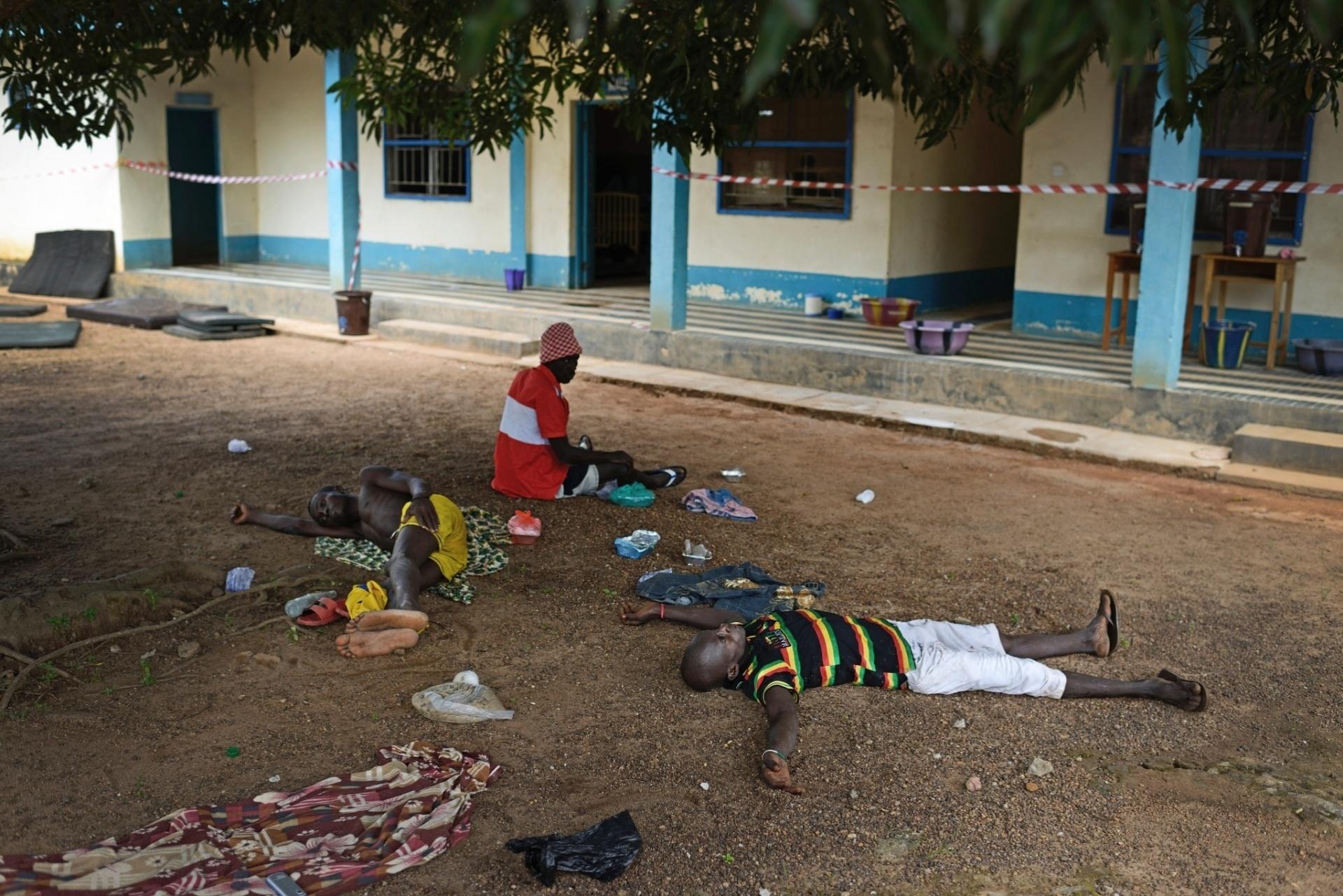 1.out.2014 - Pacientes com suspeita de ebola aguardam por tratamento no