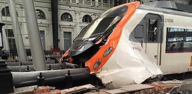 28.jul.2017 - Trem da companhia ferroviária nacional espanhola Renfe colidiu ao chegar à estação em Barcelona