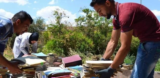 Voluntários ajudam na coleta de livros para reconstruir a biblioteca da Universidade de Mosul