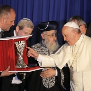 Em foto de maio de 2014, o rabino Yitzhak Yosef (ao centro) participa de cerimônia com o Papa Francisco em Israel