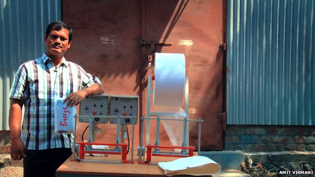 30.jun.2014 - Muruganantham demorou anos para conseguir criar uma máquina que faz absorventes baratos, mas conseguiu revolucionar a saúde na Índia com sua criação