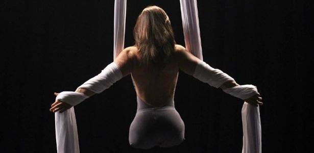 Jennifer Bricker durante ensaio para apresentação acrobática