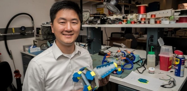 O engenheiro chinês You Wu com o robô Lighthouse