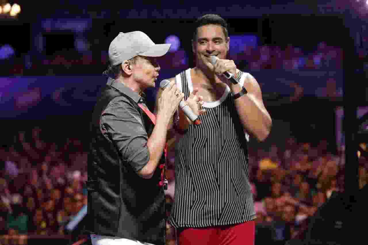 31.jan.2017 - Xanddy recebe o cantor Netinho em ensaio do Harmonia do Samba, em Salvador - André Assis
