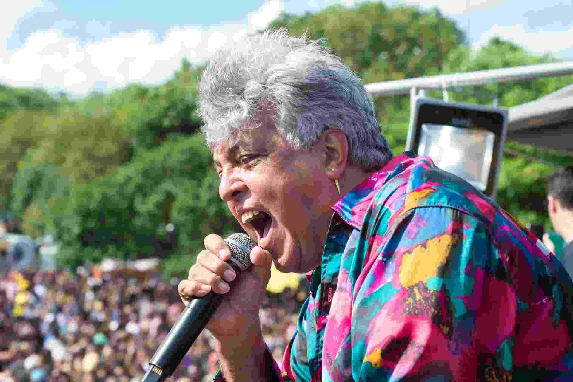25.jan.2017 - Sidney Magal agita o público de cerca de 40 mil pessoas que participou de bloco pré-Carnaval no aniversário de São Paulo - Débora Klempous/UOL