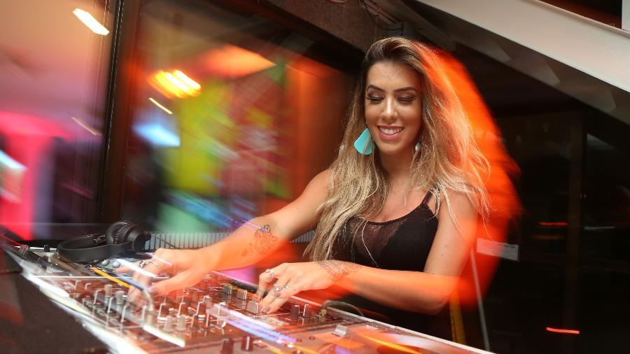19.jan.2017 - DJ Larissa Lahw toca durante o coquetel de lançamento do CarnaUOL 2017 no Pestana Hotel Copacabana, no Rio - Marco Antônio Teixeira/UOL