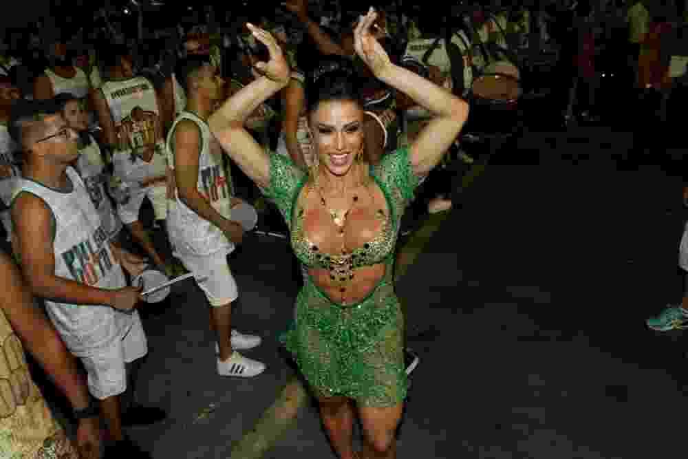 14.jan.2016 - Gracyanne Barbosa reina no ensaio técnico da X-9 Paulistana no Anhembi - Amauri Nehn/Brazil News
