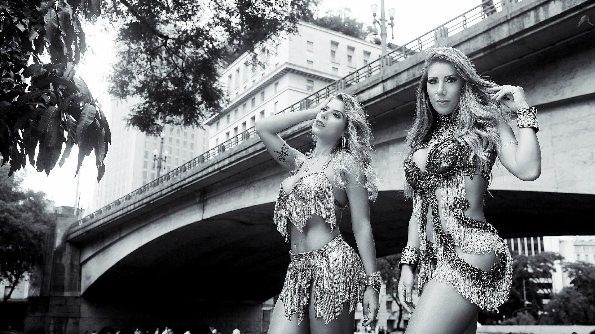 Tati e Ana Paula Minerato, rainha da bateria e musa da Gaviões da Fiel, posam no centro de São Paulo para o carnaval