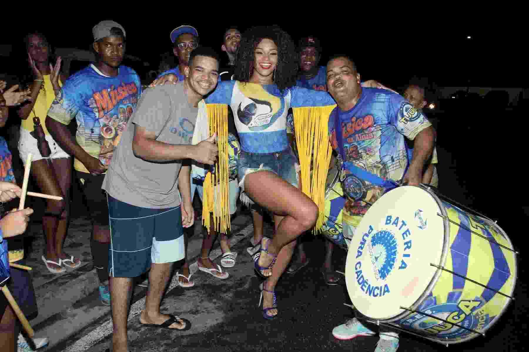 12.jan.2017 - Juliana Alves conduz bateria da Tijuca em seu primeiro ensaio de rua no Rio - Thyago Andrade/BrazilNews