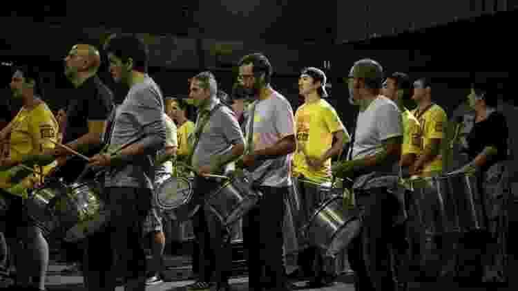 Isao Cato ensaia com a bateria do Monobloco, para o desfile paulistano - Simon Plestenjak/UOL - Simon Plestenjak/UOL