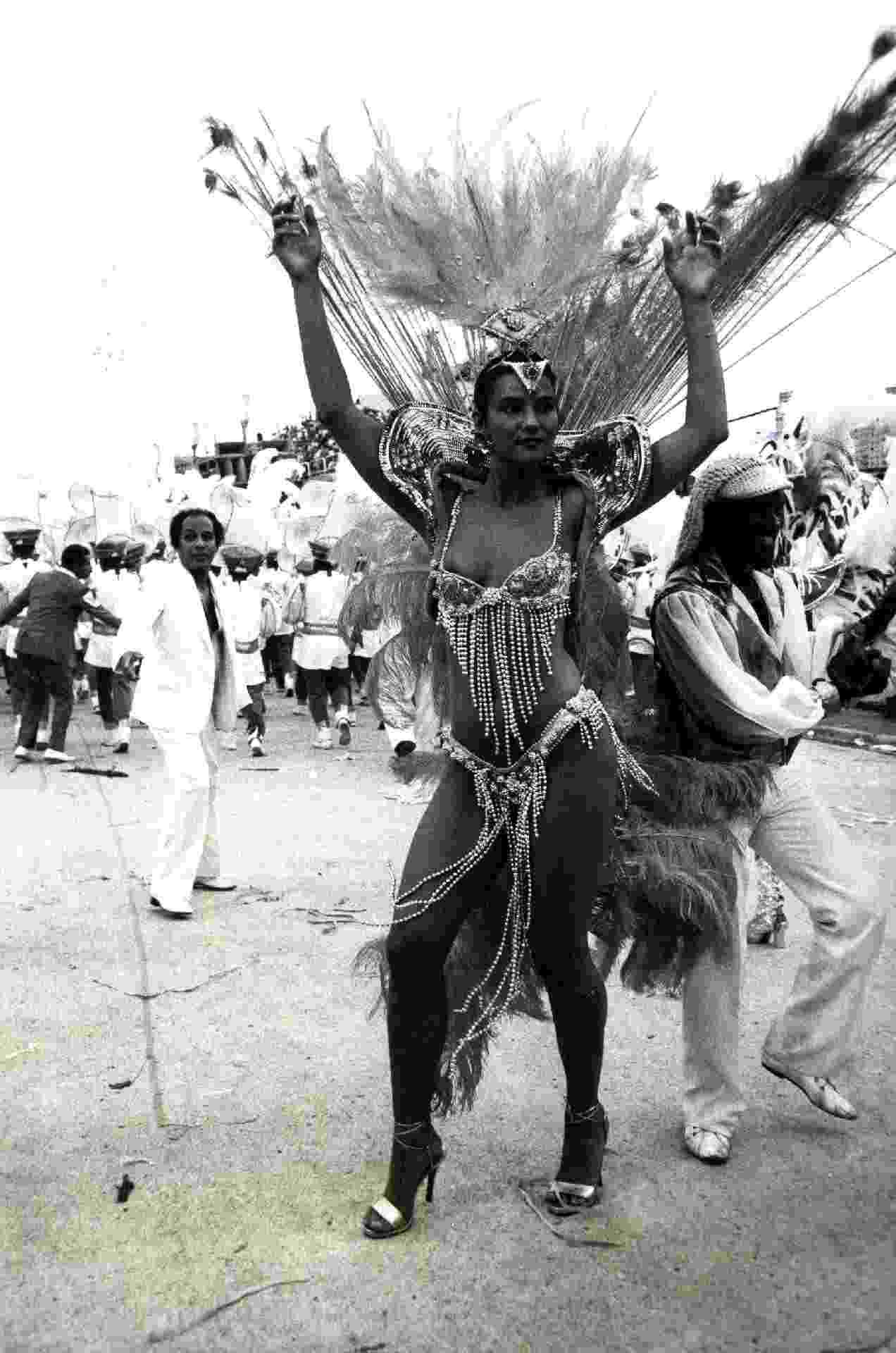 Em 1989, Luiza Brunet desfila na Sapucaí como destaque da Portela, escola em que a modelo saiu de 1986 a 1994 - Luiz Carlos David/Folhapress