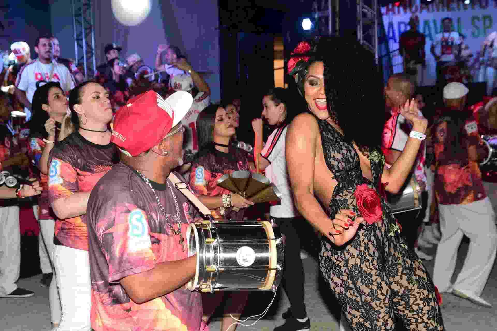 17.dez.2016 - Simone Sampaio, rainha de bateria da Dragões da Real, na festa de lançamento do CD de sambas-enredo do Carnaval 2017 de São Paulo, na Fábrica do Samba - Leo Franco/AgNews