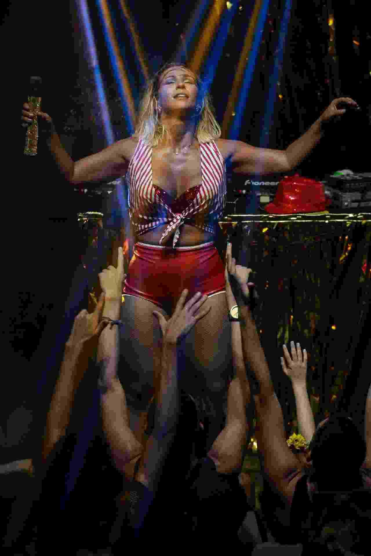 04.fev.2017 - Valesca Popozuda fez um show quente e sensual na noite de sábado (4) em São Paulo. No palco do Teatro Mars, na região central da cidade, a bordo de shorts curtíssimos, ela rebolou e dançou com sua trupe - AgNews
