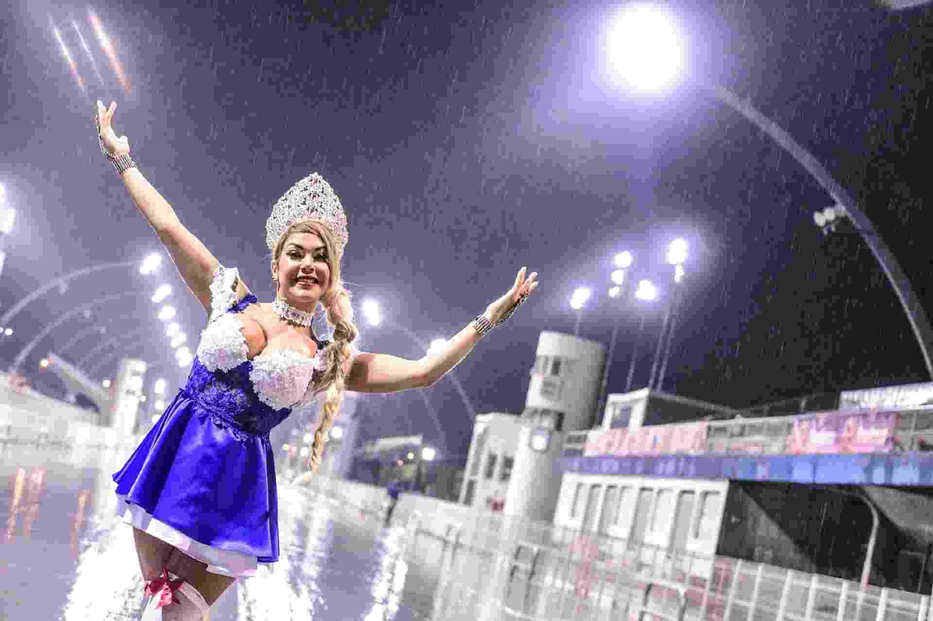 """Musa da Nene de Vila Matilde, a modelo Gil Jung usou uma roupa típica alemã no ensaio técnico da Nene de Vila Matilde. A escola vai homenagear Curitiba neste Carnaval 2017. """"A cidade foi colonizada pelos alemães, então resolvi homenagear"""", contou ela - Leo Franco / AgNews"""