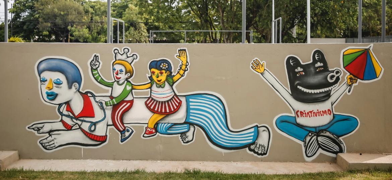 Jan.2017 - Grafite do artista Galo de Souza, que se inspirou nas manifestações populares e nos homenageados da festa recifense: o cantor Almir Rouche e o Caboclinho Carijós - Andrea Rego Barros