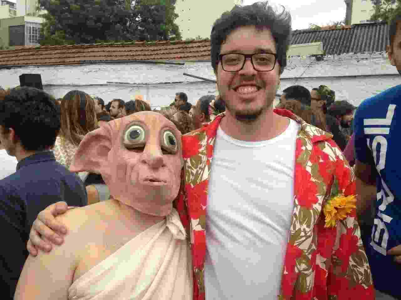 28.jan.2017 - Economista Renato Carvalho, de 26 anos, enrolou um lençol no corpo e colocou uma máscara de Dobby, personagem do filme Harry Potter - Jussara Soares/UOL