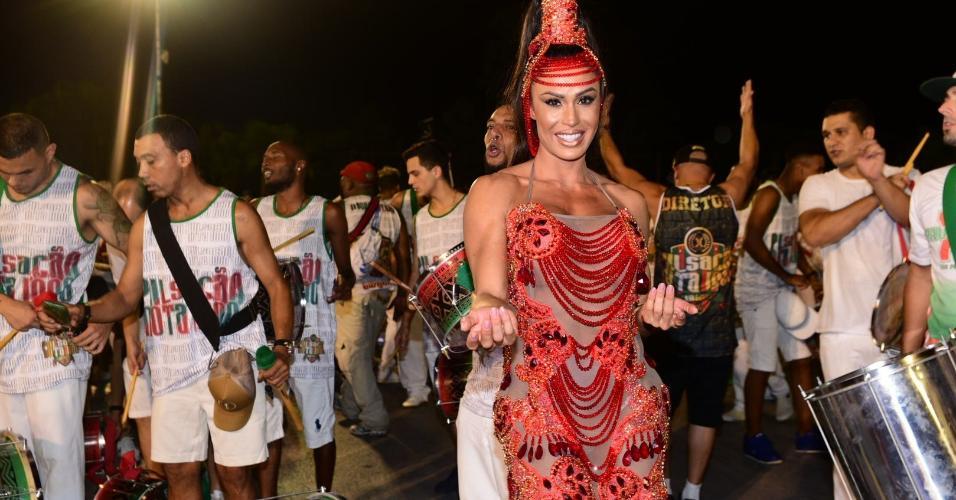 24.jan.2017 - Gracyanne Barbosa participa de ensaio técnico da X-9 Paulistana no sambódromo do Anhembi, em São Paulo. A modelo fitness, que é rainha de bateria da agremiação, se apresentou com um vestido transparente e agitou o ensaio