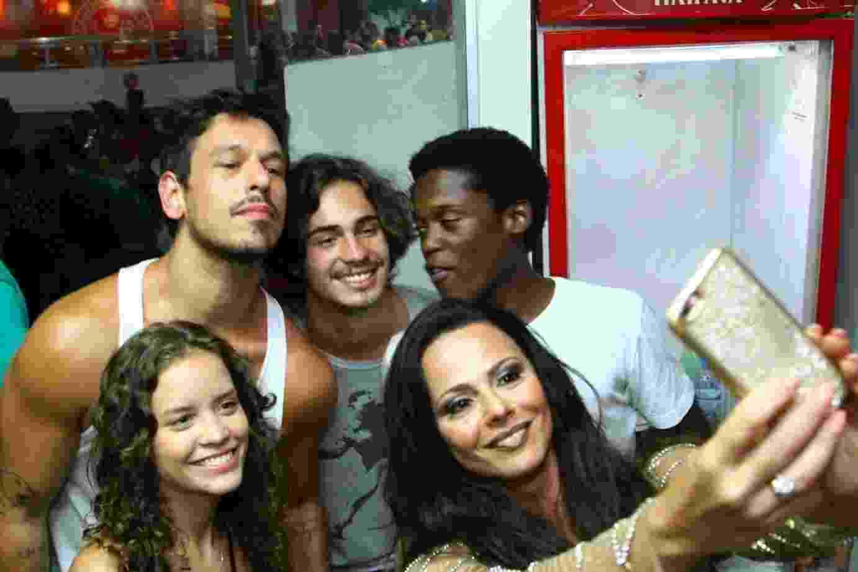 21.jan.2017 - Na noite deste sábado, foi a vez de Viviane Araújo receber amigos para o ensaio de sua escola, o Salgueiro. A rainha de bateria foi prestigiada por alguns atores da novela Rock Story - Anderson Borde/AgNews