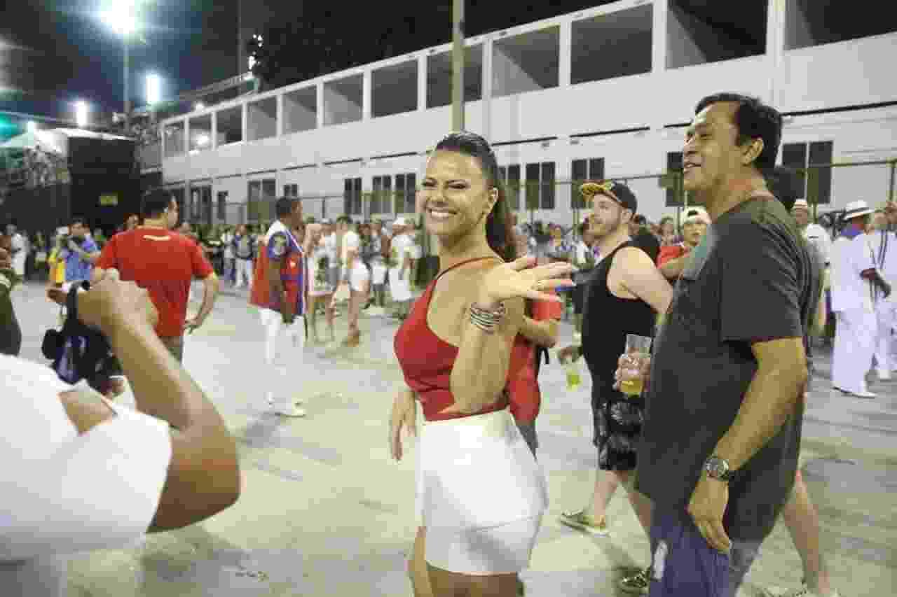 15.jan.2017 - Viviane Araújo prestigia ensaio técnico da União da Ilha na Sapucaí e recebe carinho do público - Daniel Pinheiro/AgNews