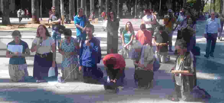 4.fev.2017 - Grupo Terço Público na Sé, que se reúne em frente à Catedral, no centro de São Paulo, faz ato de desagravo contra o apoio da Igreja Católica ao desfile da Vila Maria - Divulgação