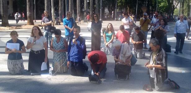 4.fev.2017 - Grupo Terço Público na Sé, que se reúne em frente à Catedral, no centro de São Paulo, faz ato de desagravo contra o apoio da Igreja Católica ao desfile da Vila Maria