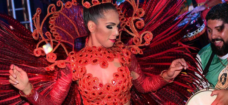 17.dez.2016 - Aline Oliveira, rainha da Mocidade Alegre, na festa de lançamento do CD de sambas-enredo do Carnaval 2017 de São Paulo, na Fábrica do Samba - Leo Franco/AgNews