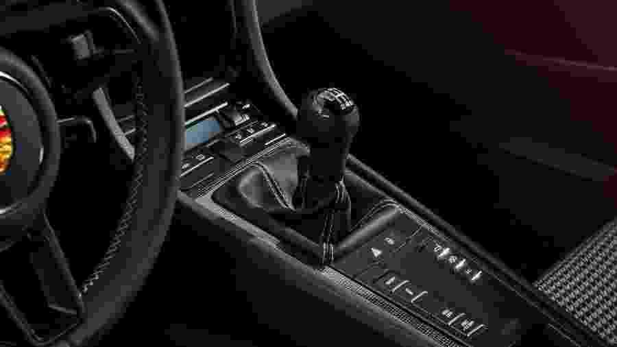 Espécie em extinção: carros com câmbio manual vendem menos que elétricos nos EUA -