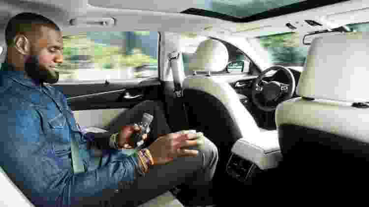 Visão interna de carro autônomo transportando o jogador de basquete Lebron James -