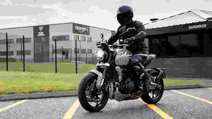 Nova Triumph Trident apareceu camuflada em fotos tiradas nos arredores da sede da marca inglesa em Hinckley   - Divulgação