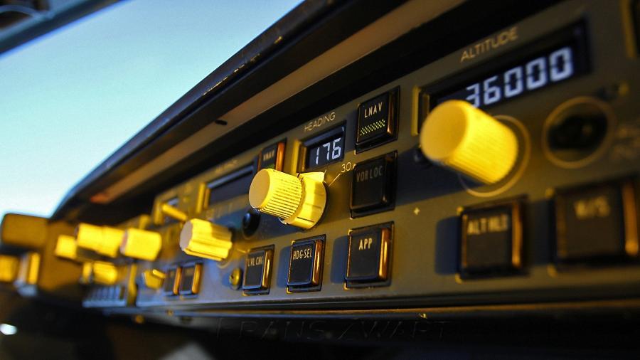 Painel de controle do piloto automático de um Boeing 737; modelo varia entre diferentes aviões - Divulgação/Frans Zwart