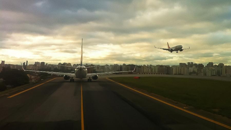 Avião aguarda momento de decolar na cabeceira da pista 17R do aeroporto de Congonhas, em São Paulo - Divulgação/Joao Carlos Medau
