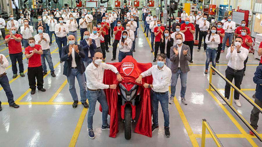 Claudio Domenicali, CEO da Ducati, revela partes da nova Multistrada V4, que já começou a ser produzida  - Divulgação