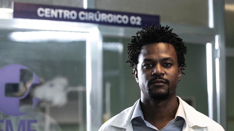 """David Junior na pele do neurocirurgião Mauro: dificuldade em encontrar referências para compor o médico em """"Sob Pressão"""" - João Faissal/Divulgação/Rede Globo"""