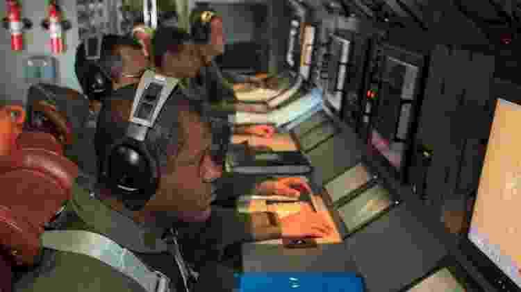 A bordo da aeronave P-3AM, integrantes do esquadrão de patrulha Orungan operam os sensores eletrônicos de detecção de embarcações inimigas - Sargento Batista/Força Aérea Brasileira - Sargento Batista/Força Aérea Brasileira