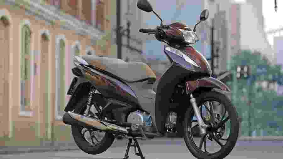 Nova opção de cor marrom perolizado lembra as cores da scooter PCX 150 DLX 2019 - Divulgação