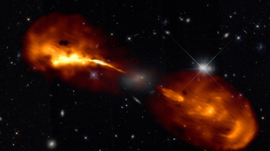 Imagem em alta resolução da galáxia Hércules A obtida pela rede de radiotelescópios Lofar. O jato produzido pelo buraco negro pode ser observado em laranja - R. Timmerman; Lofar & Telescópio Espacial Hubble
