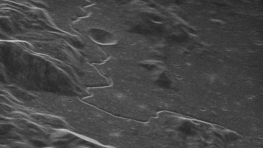 Imagem de radar da Lua obtida pelo GBT-VLBA. Na foto, que mostra o local de pouso da nave Apollo 15, podemos ver uma cratera de 6 km de diâmetro. - NRAO/GBO/Raytheon/NSF/AUI
