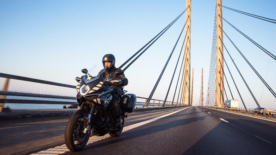 Ao guidão de uma MV Agusta Turismo Veloce, Valerio Boni percorreu 2.003 km entre a Suécia e a Itália no dia do solstício de Verão - Divulgação