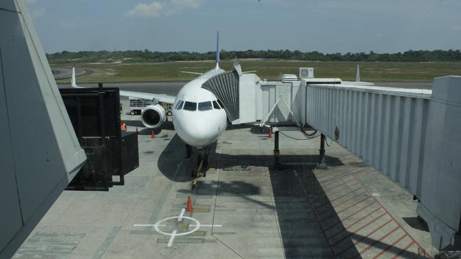 Embarque no finger é mais prático e rápido, mas nem sempre é possível utilizá-lo para entrar ou sair do avião - Divulgação/Infraero