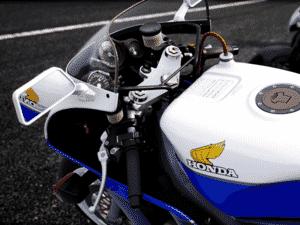 Além de motos atuais, game traz modelos históricos, como a esportiva Honda RC 30 - Reprodução